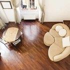 O que colocar embaixo dos pés do sofá em um piso de madeira