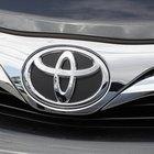 Como dobrar os bancos traseiros em um Toyota Corolla