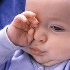 Cómo hacer que un bebé se deje de rascar durante la noche