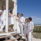 Ideas de ropa para hombres para una boda en la playa