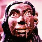 Por que a figura de uma mulher esculpida era colocada na frente dos navios?
