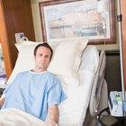 Cómo cambiarle el pañal a un paciente postrado en una cama