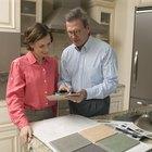 Cómo cambiar el revestimiento de las puertas de las alacenas de la cocina