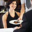 Cómo colocar la comida en una mesa de restaurante