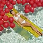 Como afundar balões em uma piscina