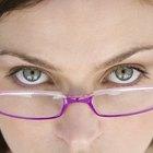 ¿Cómo puedo sacar manchas de mis anteojos?