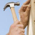 Como endireitar um prego torto com um martelo comum