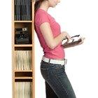 Cómo anclar un estante para libros sin taladrar la pared