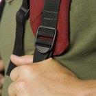 Como apertar o controle de uma mochila de náilon para que as alças na fivela não escorreguem