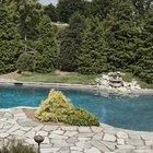 O que a soda cáustica faz com a água da piscina?
