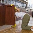 Como remover resíduos adesivos de uma madeira