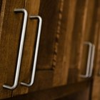 Como envernizar armários de compensado