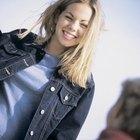 Como usar jaqueta jeans com as mangas dobradas ao estilo anos 90