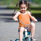 Como ensinar uma criança pequena a pedalar um triciclo