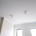 Quitando la pintura descascarada del techo