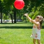 Diferentes actividades pre-escolares tirando la pelota