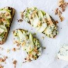 Tostadas de aguacate con pera, gorgonzola y nueces con canela