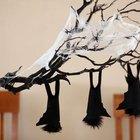 Cómo hacer un centro de mesa con ramas colgantes para Halloween