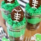 Brownies de futebol americano em potes de conserva