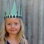 Cómo hacer un sombrero festivo de la Estatua de la Libertad para los niños