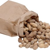 Boiled peanuts have less fat and fewer calories than roasted peanuts.
