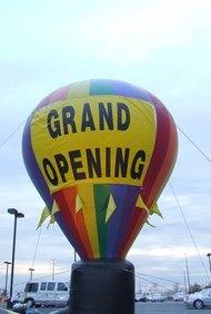 Los empresarios ofrecen grandes eventos de apertura para celebrar sus nuevas empresas.