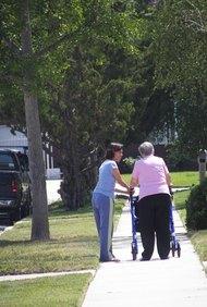 Los asilos ofrecen a los ancianos un lugar dónde vivir a salvo con ayuda disponible.