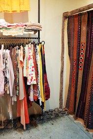 Ofrece sutilmente a los compradores ropa usada de marca a un precio accesible.