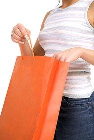 Las características de los mercados de consumo pueden incluir características demográficas como la edad y los ingresos.