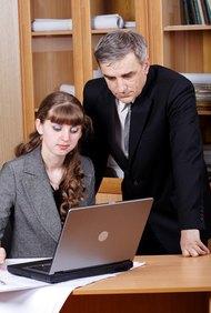 Una evaluación de desempeño es una revisión formal del trabajo de un empleado.