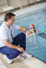 Los equipos y clubes de natación suelen emplear entrenadores.