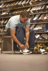 La financiación de un negocio de tienda de calzado requiere elementos adicionales además del inventario de zapatos inicial.