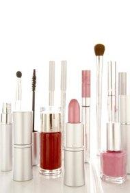 Investiga todas las facetas de la industria para comenzar una compañía exitosa de cosméticos.