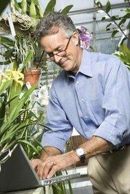 Una base en métodos científicos es crucial para la educación de un botánico.