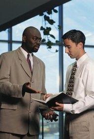 Los gerentes examinan las formas en que la empresa puede tomar ventaja de las oportunidades y minimizar las amenazas.