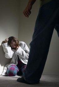 Brinda ayuda a mujeres abusadas en un refugio seguro.