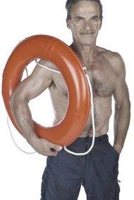 Los salvavidas están entrenados para utilizar anillos salvavidas.