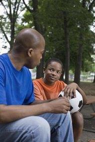 Los trabajadores sociales proporcionan apoyo y asesoramiento a los jóvenes con problemas.