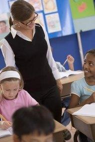 Los profesores impulsan a los estudiantes a aprender siempre.