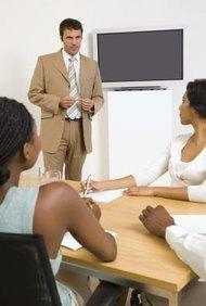 Los métodos de entrenamiento de los empleados incluyen videos, discos compactos, presentaciones en PowerPoint y entrenadores.