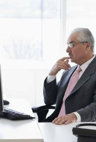 El director de operaciones supervisa las operaciones del día a día de una empresa.