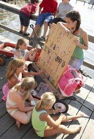 Incluso los niños pueden hacer y vender productos.