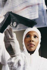 Los científicos forenses juegan un papel importante en la solución de crímenes.