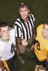 Ser árbitro de un juego de fútbol es un trabajo físico difícil.