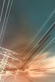 Algunos ingenieros eléctricos trabajan en la generación de electricidad y su transmisión.
