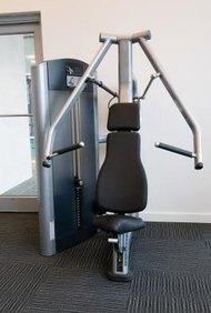 No todo el mundo tiene tiempo para ir al gimnasio, y la gente ocupada podría considerar comprarse un equipo de pesas para hacer ejercicio en casa.