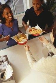 Puedes optar por iniciar tu propio restaurante de comida rápida o por adquirir una franquicia.