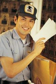 Los carteros entregan cartas y paquetes.