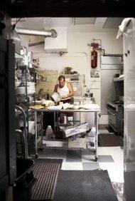 Las mesadas de acero inoxidable son equipos estándar de cocina.