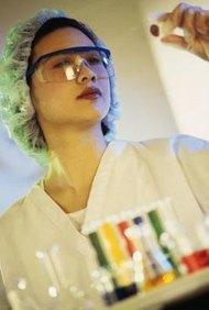 Muchos microbiólogos tienen doctorados.